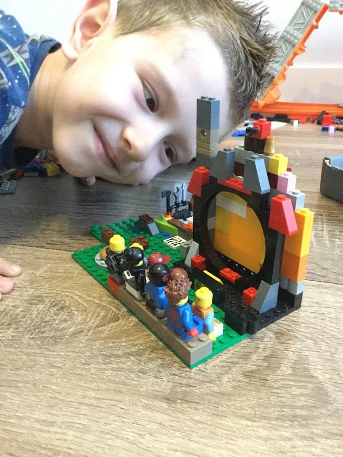 Jak spędzić czas wolny z dzieckiem w domu? – 10 pomysłów, które łatwo można zrobić z dzieckiem, budowanie z klocków Lego