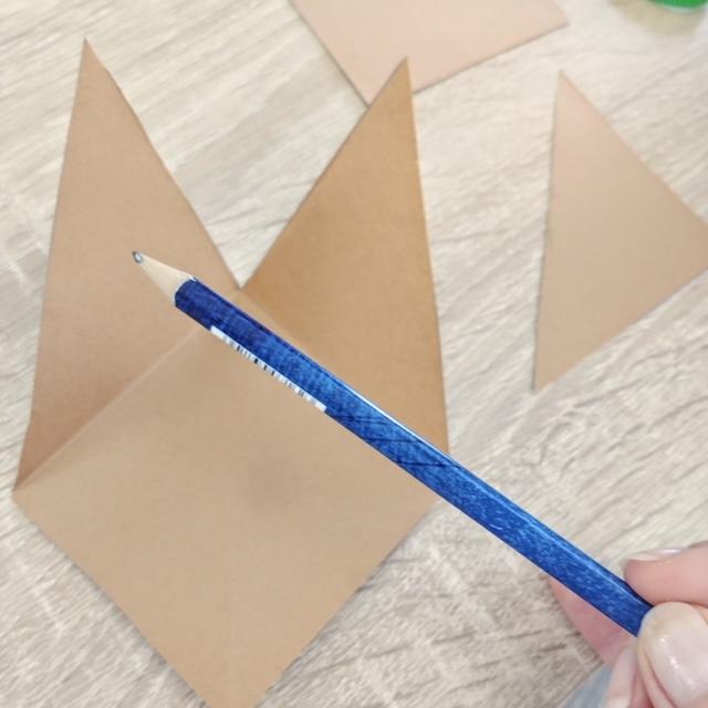 zakładka do książki dla dzieci? - krok 3 - zaginamy trójkąty po linii.