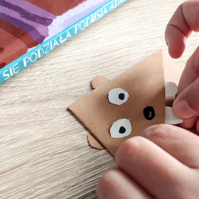 Zakładka do książki - krok 4 - doklejamy elementy do zakładki z papieru kolorowego lub wełny.