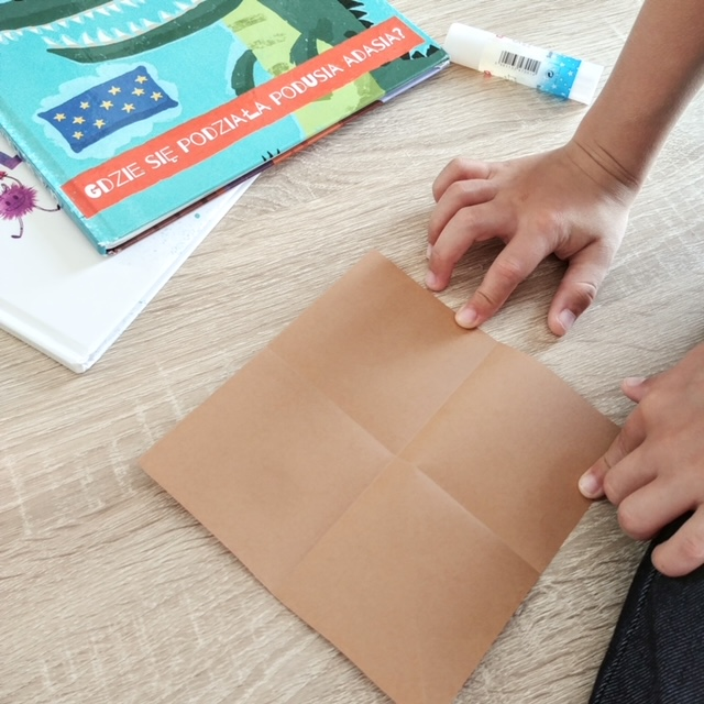 Jak zrobić prostą zakładkę do książki dla dzieci? - Wycięcie z papieru kolorowego kwadratów o bokach 15 cm x 15 cm