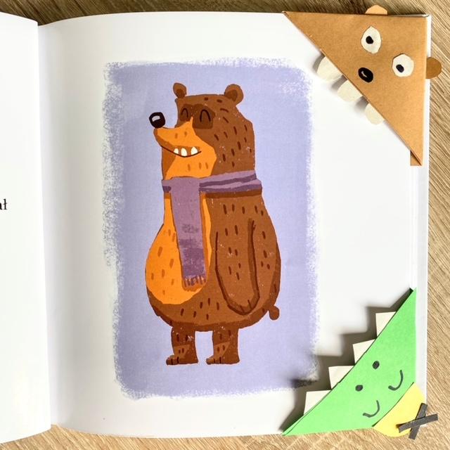 Zakładka do książki dla dzieci, w książce Gdzie się podziała podusia. Przyczepione na stronie z misiem.
