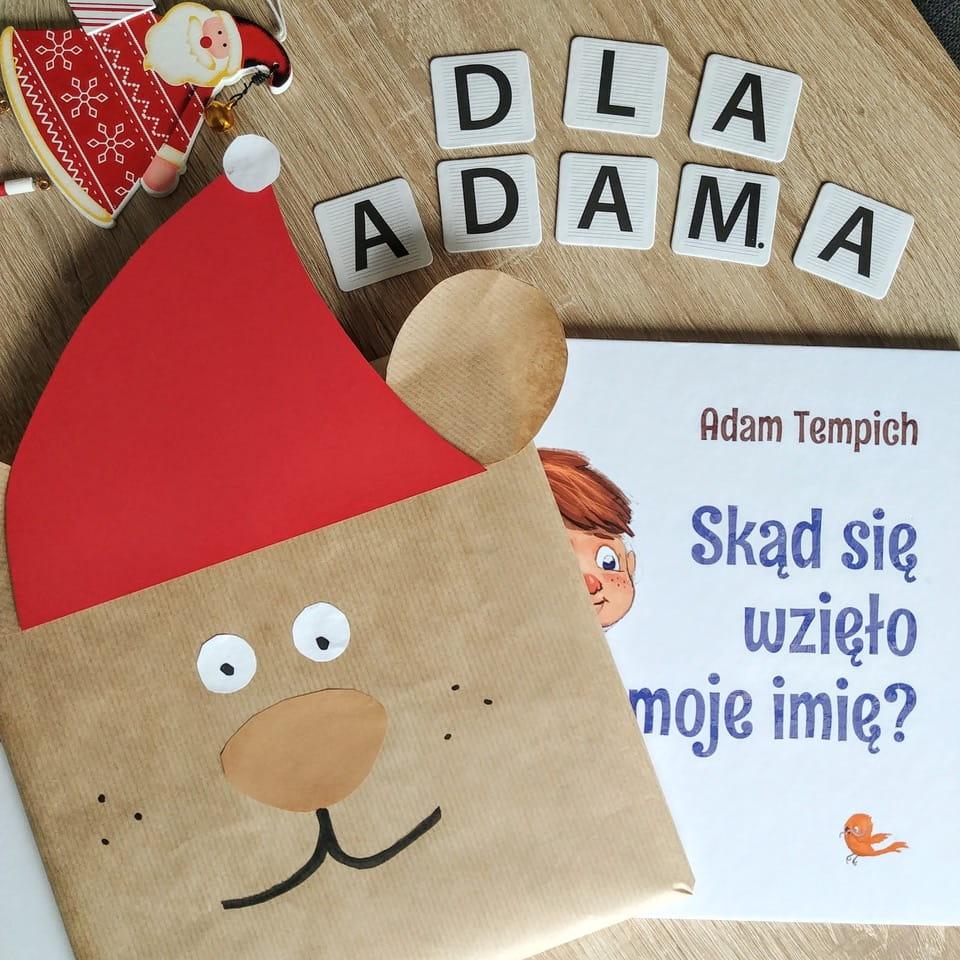 Książka dla dzieci - zapakowana na święta w świętego mikołaja