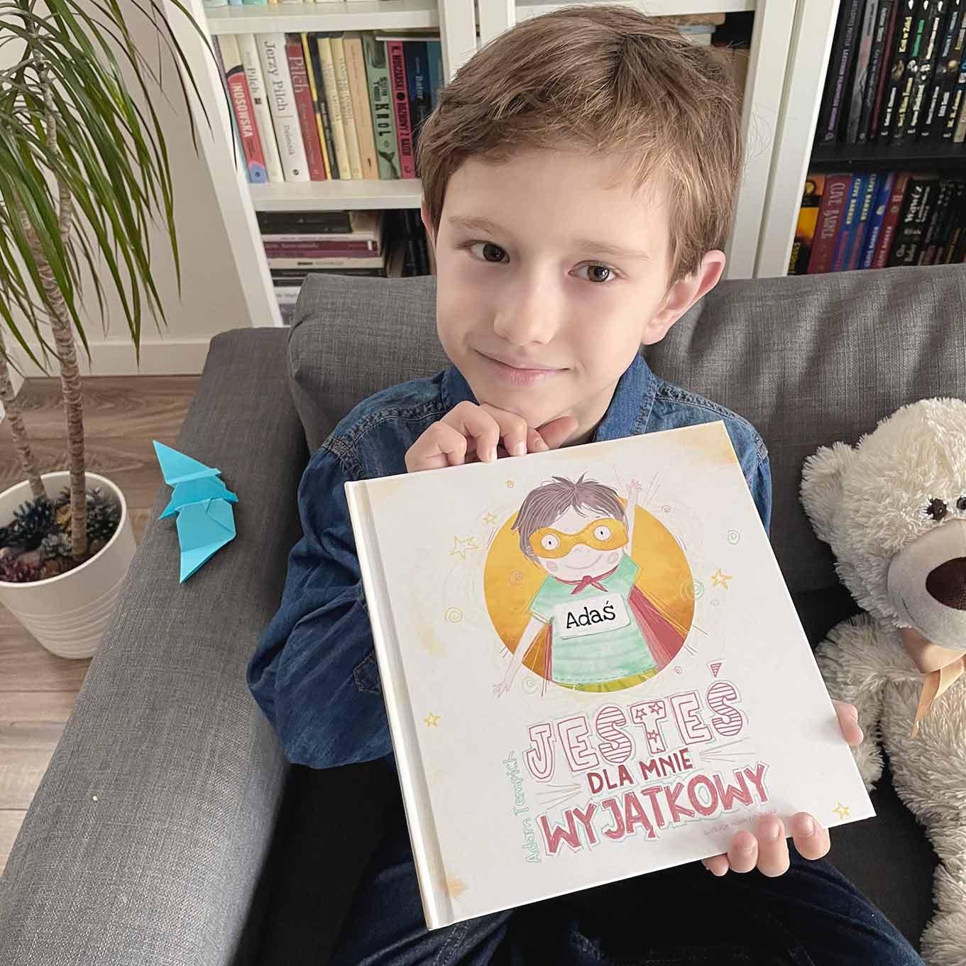 bajka dla dzieci jesteś dla mnie wyjątkowy - chłopiec pokazuje okładkę