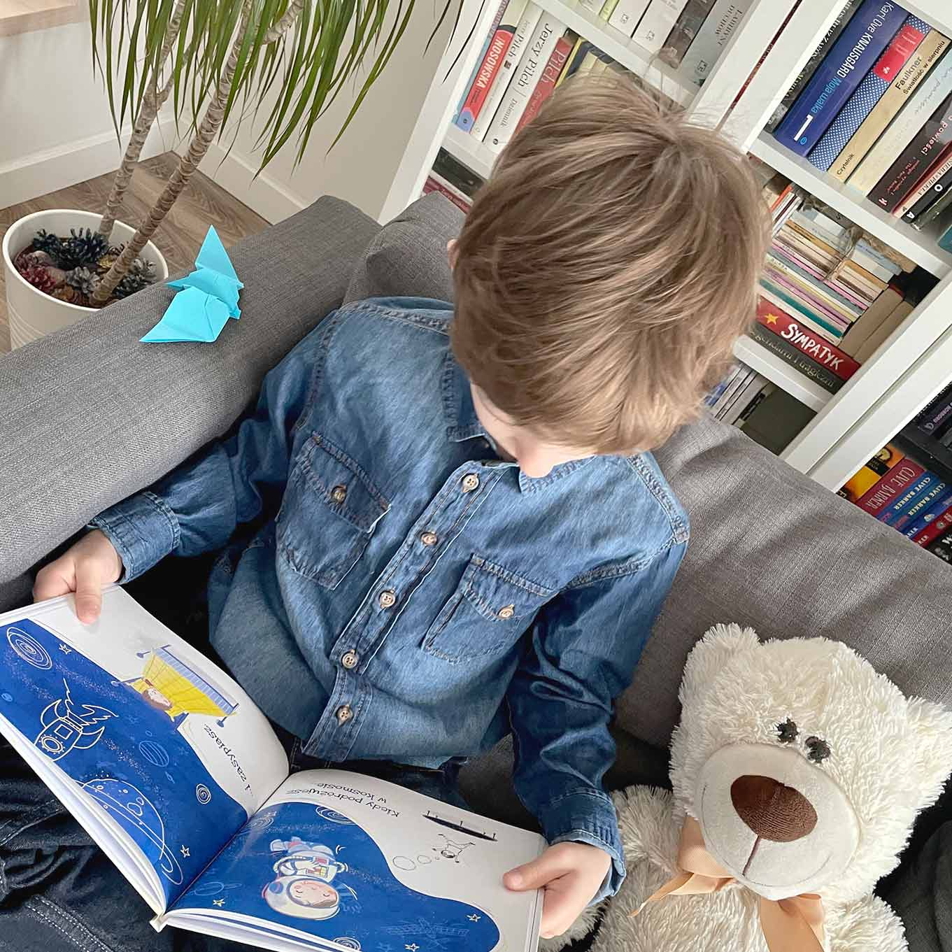 poręczny wymiar bajki dla dzieci - chłopiec czyta