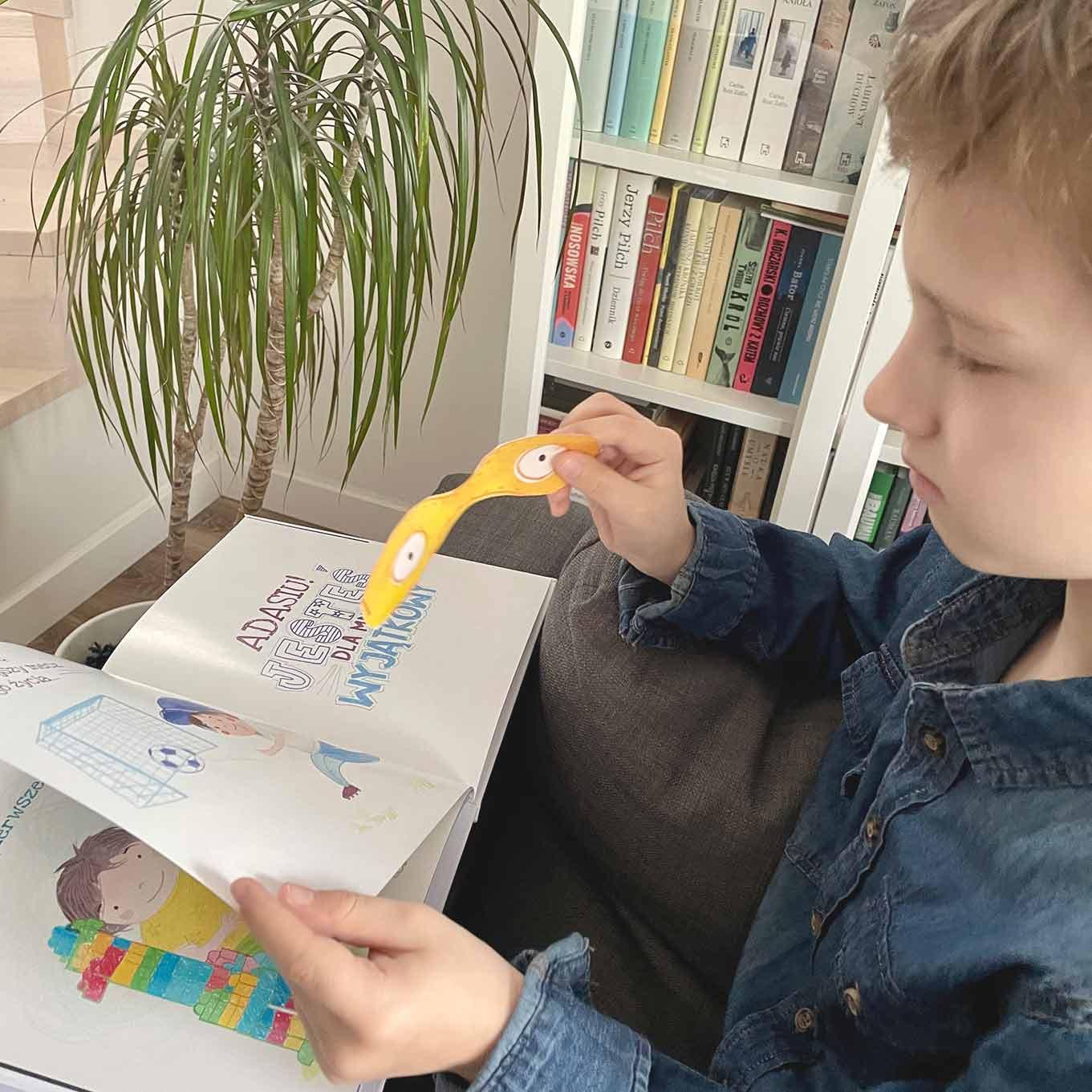 chłopiec czyta książki i bawi się