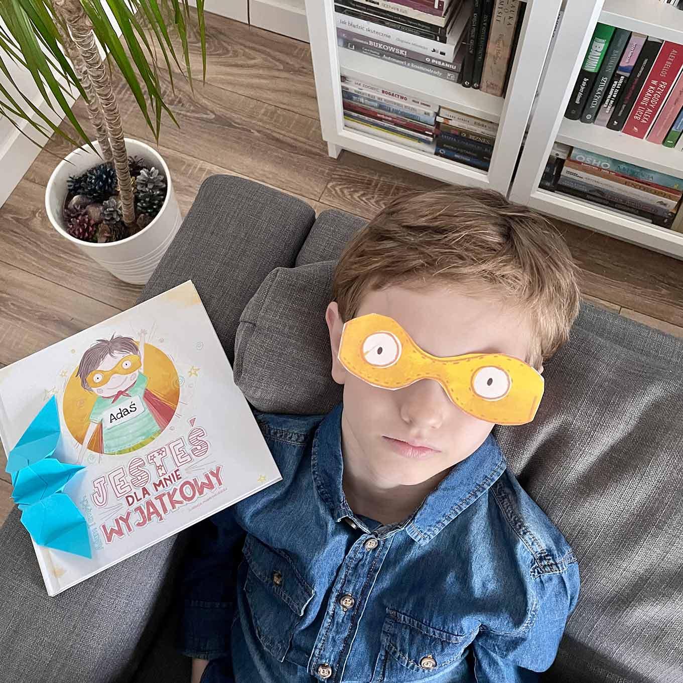 chłopiec się bawi książką