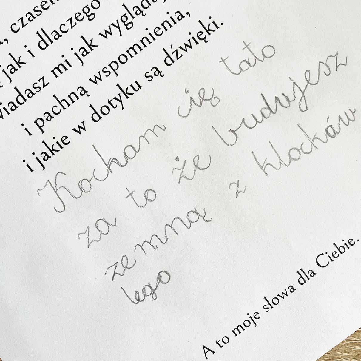 Dziecko robi prezent dla taty - piszę co lubi z nim robić