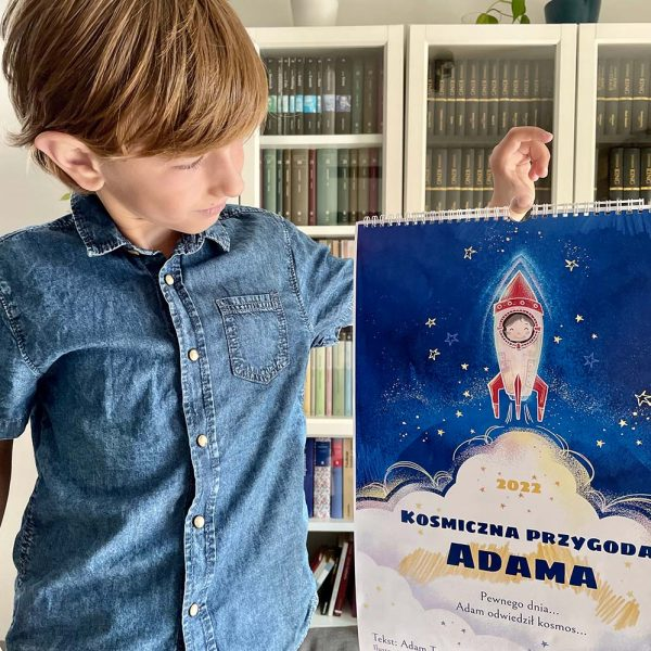 chłopiec trzyma swój kosmiczny kalendarz dla dzieci