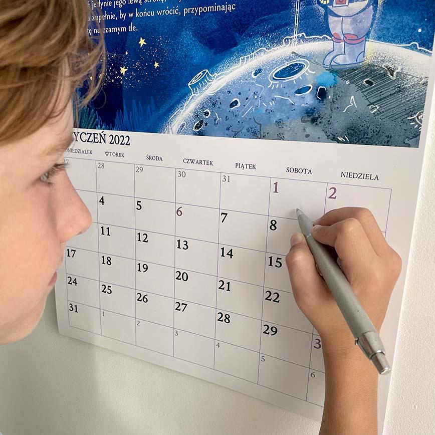 dziecko planuje zadania i wydarzenia w kalendarzu dla dzieci