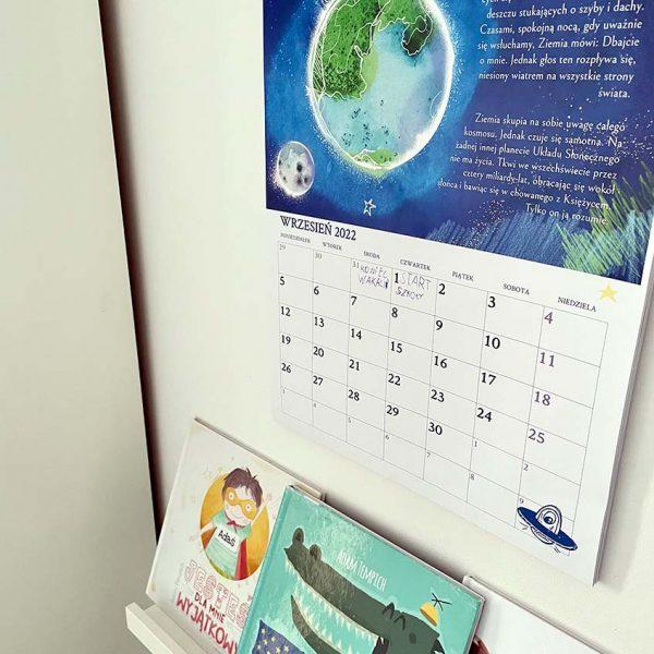 kalendarz dla dzieci wypełniony wisi na ścianie pokoju dziecka